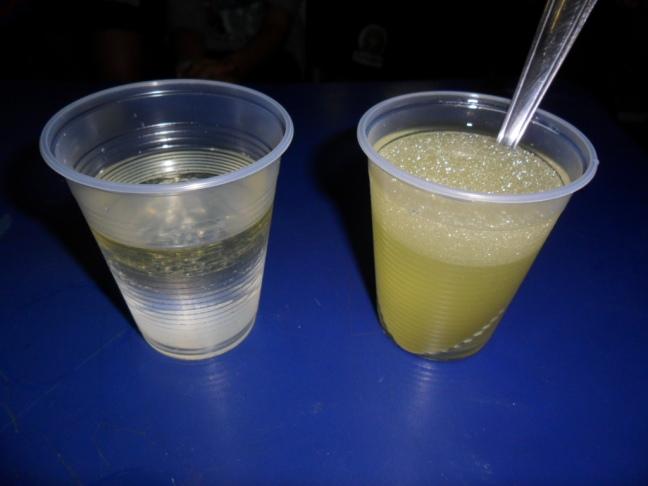 No copo à esquerda, sem detergente, a gordura permanece intacta. No copo à direita, com a ação do detergente, as moléculas foram quebradas.