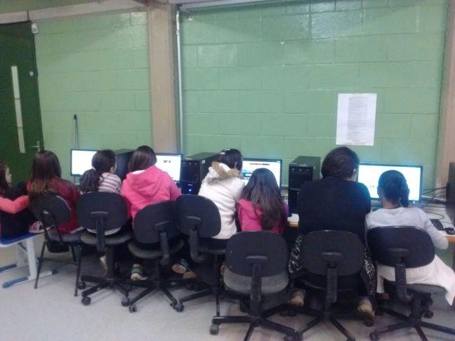 Alunos no laboratório de informática