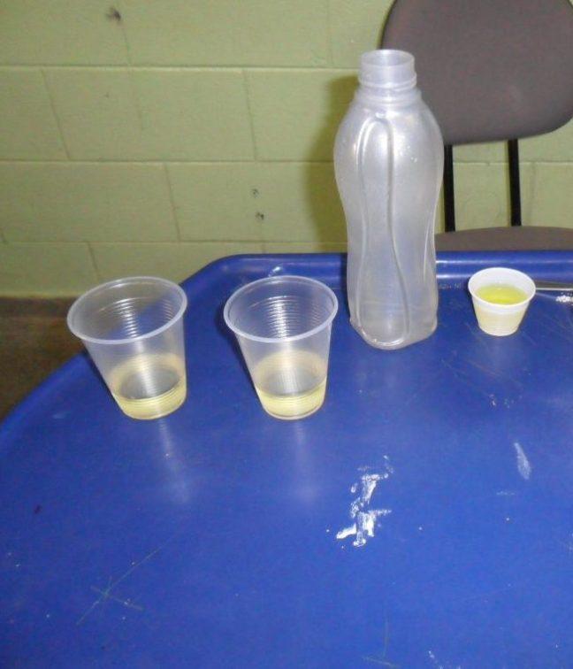 Copos com água e óleo, antes de acrescentar o detergente