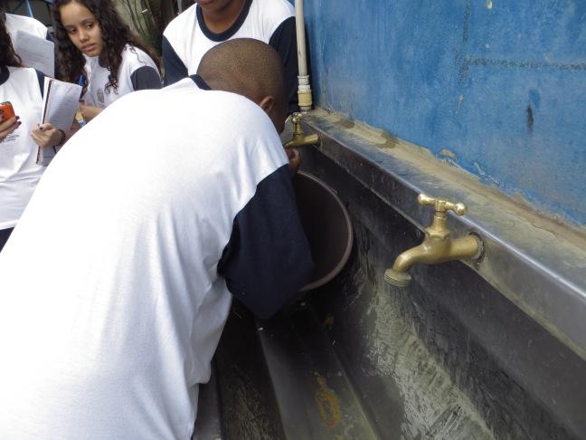 Alunos começaram a beber água e coletar o excedente no balde
